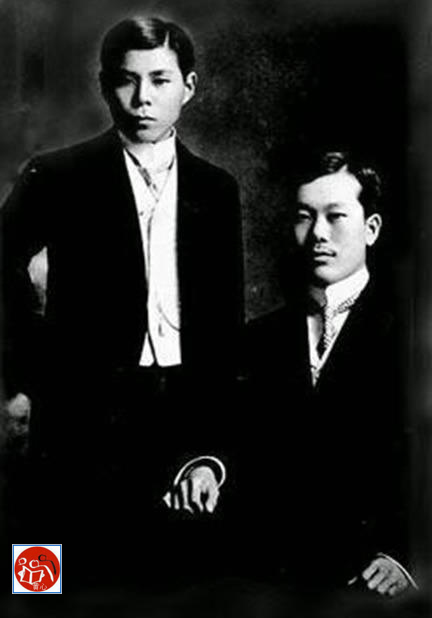 Kỳ ngoại hầu Cường Để (trái) và cụ Phan Bội Châu (phải, ngồi) hai thành viên quan trọng của Phong trào Đông Du. Nguồn: Tài liệu Huỳnh Tâm.