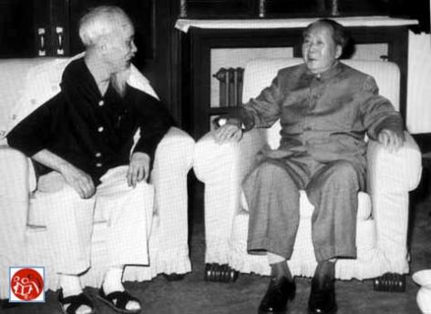 Hai nhà lãnh đạo Cộng sản Việt-Hoa (Hồ Chí Minh và Mao Trạch Đông) đàm luận Biển Đông).