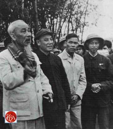 Nhóm tư vấn ở Trung Quốc và Hồ Chí Minh (胡志明), Trần Canh (Chen Geng-陈赓), Lê Văn Lương (Li Wenliang-黎文良), La Quý Ba (Luo Guibo-罗贵波). Tại cơ sở chiến khu phía Bắc Việt Nam.