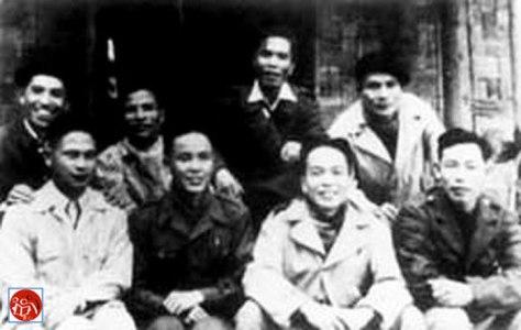 Nhóm cố vấn Trung Quốc đứng đầu Vi Quốc Thanh (Wei Guoqing-韦国清) (hàng thứ hai từ trái sang) và những thành viên quân sự trên chiến trường Đông Khê tỉnh Cao Bằng Việt Bắc.