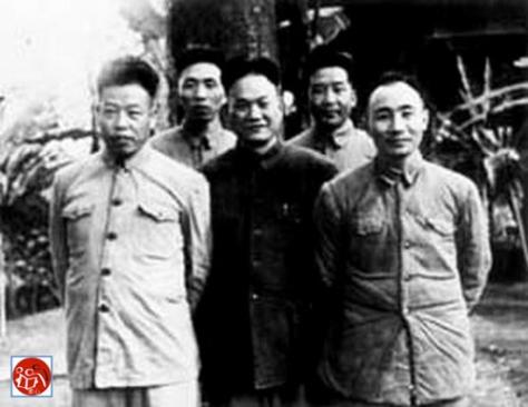 Trần Canh, và Vi Quốc Thanh (韦国涛) cùng những thành viên ban Cố vấn tại chiến trường Đông Bắc, đang thụ lý một vụ án cưỡng dân liên quan đến tham mưu trưởng Hoàng Văn Thái (黄文泰).