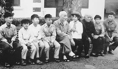 Dũng sĩ Diệt Mỹ gái, Hồ Thị Thu chụp ảnh lưu niệm với bác Hồ, bác Tôn.