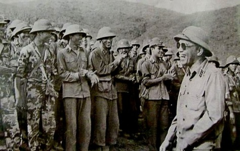 Đại tướng Tổng tham mưu trưởng Đoàn Khuê thăm cán bộ chiến sĩ Sư đoàn 312 vừa hoàn thành nhiệm vụ chiến đấu ở Vị Xuyên.