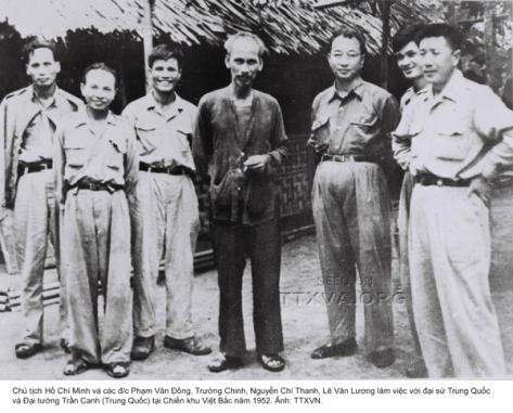 Hồ Chí Minh và nhóm cố vấn CS/Tàu (bên trái) trước trận Điện Biên Phủ